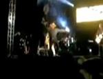 Momento da queda de Sérgio Reis do palco em MG