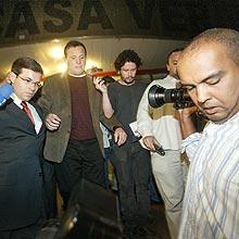 Jornalista Roberto Cabrini deixa prisão do distrito policial na noite desta quinta-feira