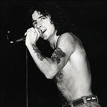 Bon Scott - vocalista do AC/DC morto em 1980 terá cinebiografia dirigida por Eddie Martin