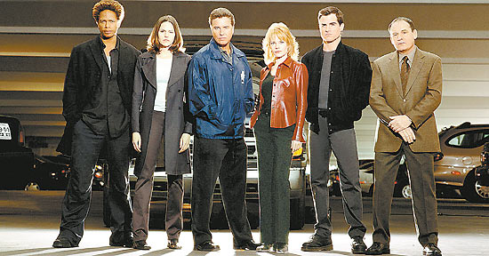 "Gary Dourdan, Jorja Fox, William Petersen, Marg Helgenberger, George Eads e Paul Guilfoyle na primeira temporada de ""CSI"""