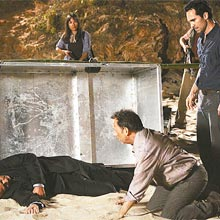 Richard (Nestor Carbonell; à dir.) leva Ben (Michael Emerson) ao  corpo de Locke (Terry O'Quinn)