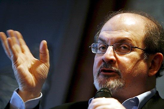 Escritor Salman Rushdie durante entrevista coletina em Budapeste em novembro de 2007