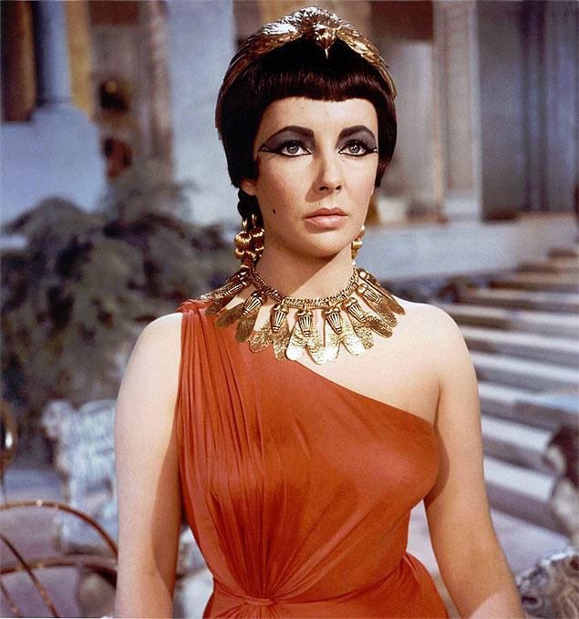 Elizabeth Taylor no papel de Cleópatra em versão para o cinema em 1963
