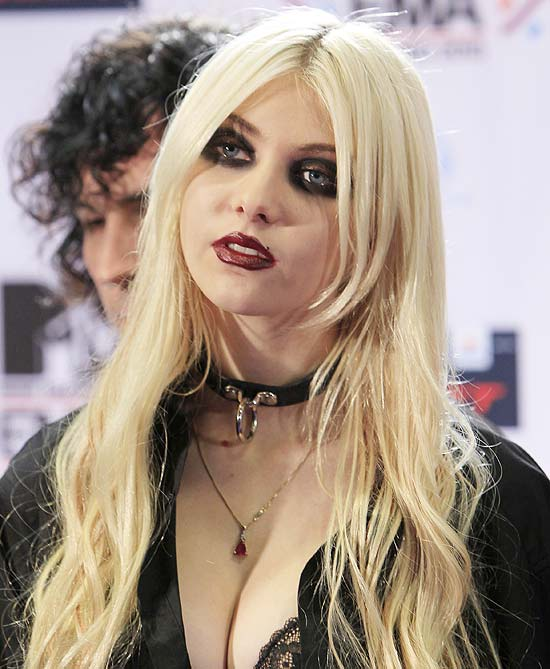 "Taylor Momsen posa no ""backstage"" do MTV Europe Music Awards 2010"