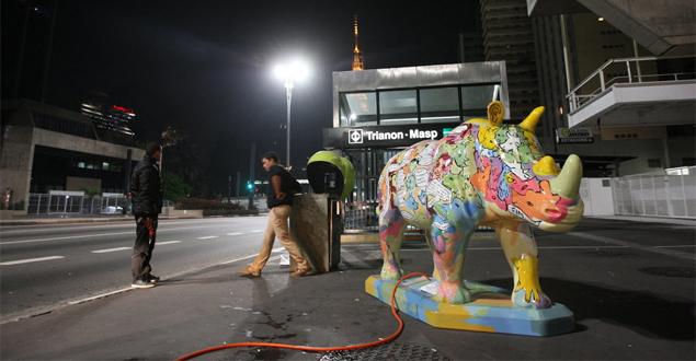 Oraganizadores arrumando escultura de rinoceronte na região da avenida Paulista, em São Paulo