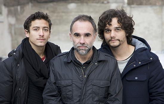 """Jesuita Barbosa (esq.) e Wagner Moura integrarão elenco de """"Praia do Futuro"""", novo filme de Karim Aïnouz (centro)"""
