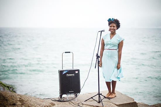 A cantora inglesa Rachel Jesuton Amosu, 27, no Arpoador, na zona sul do Rio de Janeiro