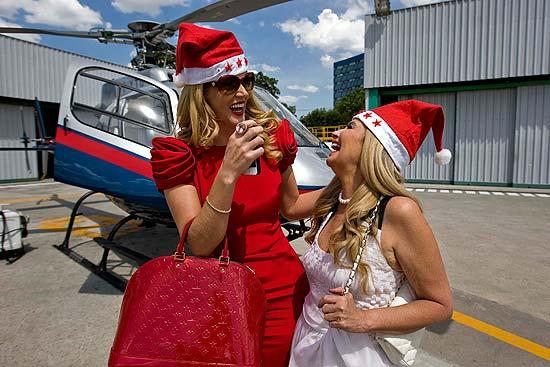 A empresária Val marchiori e a arquiteta Brunete Fraccaroli chegam de helicóptero para visitar a quadra da Unidos de Vila Maria