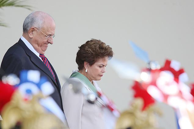 Brasilia, DF, Brasil, 19-04-2011: 11h20: Presidente Dilma Rousseff e o ministro da Defesa, Nelson Jobim participam no QG do Exercito no Setor Militar Urbano, de solenidade comemorativa ao dia do Exercito e de imposição da comenda da Ordem do Merito Militar. (Foto: Sergio Lima / Folhapress PODER).
