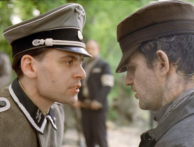 """Christian Harting (esq.) e and Géza Röhrig em cena de """"Filho de Saul"""""""