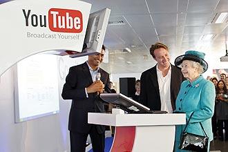 Rainha britânica Elizabeth 2ª visitou sede do Google em Londres, onde foi recebida pelo co-fundador do YouTube (centro da foto)