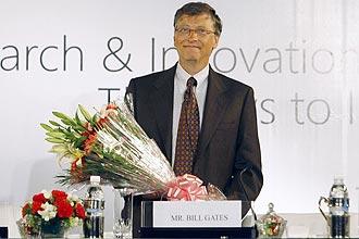 Bill Gates, fundador da Microsoft, segura um buquê em recepção de um simpósio sobre tecnologia na Índia, nesta sexta-feira