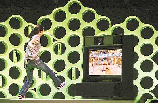 """Modelo demonstra o game """"Ricochet"""", para Project Natal, em que a missão é rebater bolinhas e quebrar blocos"""