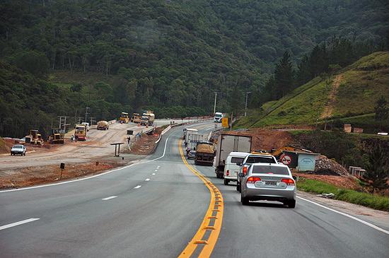 Trecho da rodovia Régis Bittencourt (SP-PR), que passa pela serra do Cafezal, está sendo duplicado