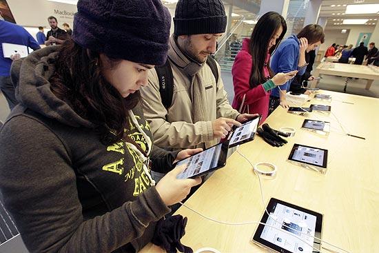 Consumidores usam iPads em loja da Apple em Chicago; demanda por versão Mini aumenta