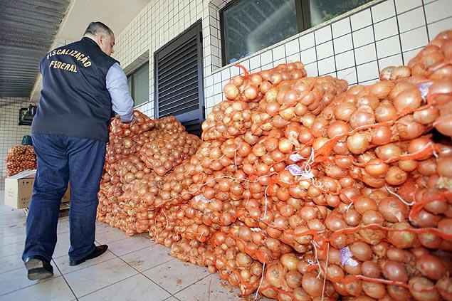 Parte das 3.500 toneladas de cebola apreendidas ontem em Foz do Iguaçu (PR)