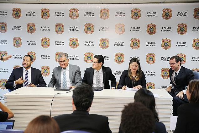 À direita, o procurador Frederico Paiva na sede da Policia Federal, em Brasilia durante a divulgação da Zelotes, em março