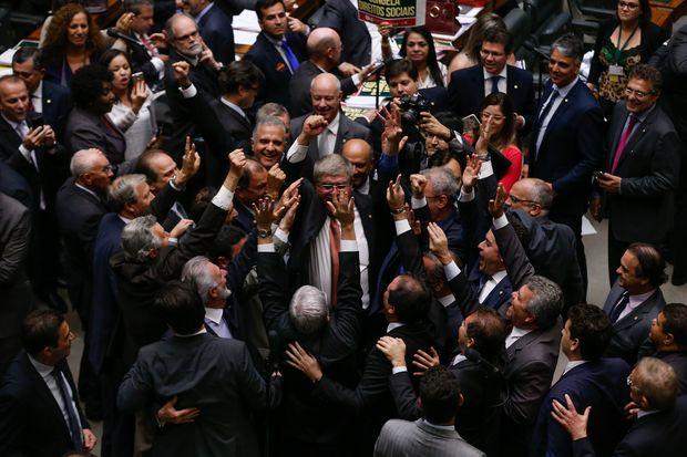 Deputados da base do governo Temer e o relator da PEC 241, deputado Darcísio Perondi (PMDB-RS), comemoram a aprovação do Teto de Gastos