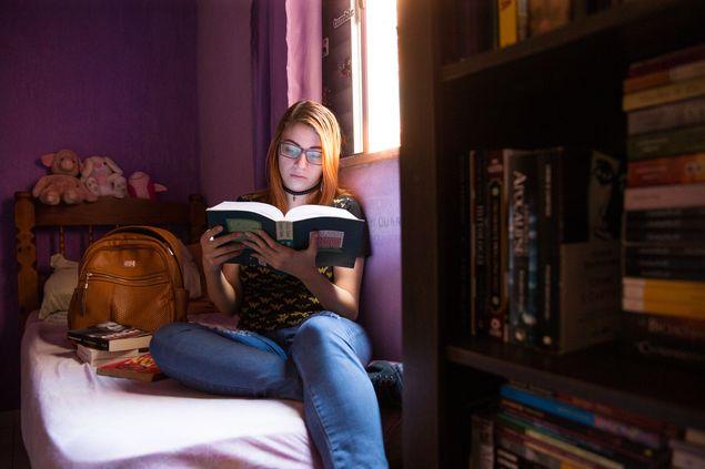 A professora Ingrid Pereira, 21, em sua casa em São Bernardo do Campo