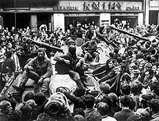 Moradores de Praga cercam de tanques soviéticos, em 21 de agosto de 1968