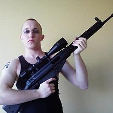 Em foto sem data de site da internet, Daniel Cowart, 20, segura arma de fogo