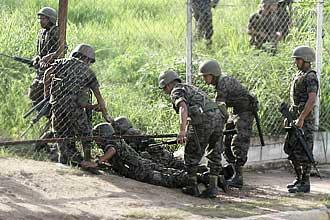 Militares entram em residência presidencial em Tegucigalpa, capital de Honduras; presidente foi levado à Costa Rica