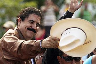 O presidente deposto de Honduras, Manuel Zelaya, saúda apoiadores dentro da embaixada brasileira em Tegucigalpa