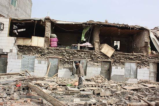 Terremoto destruiu as casas da localidade de Yushu, na Província de  Qinghai; equipes buscam sobreviventes