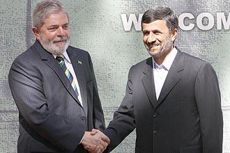 O presidente Luiz Inácio Lula da Silva aperta aos mãos do irariano Mahmoud Ahmadinejad; os dois se encontraram hoje em Teerã
