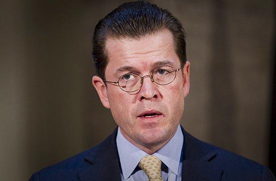 Ministro de Defesa alemão, Karl-Theodor zu Guttenberg, renunciou após escândalo de plágio em tese