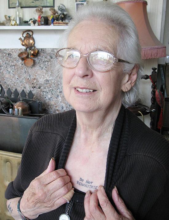 Britânica de 81 anos tatua no peito aviso para que não a ressuscitem