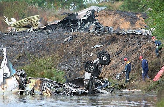 Equipes vasculham destroços do avião Yak-42, que caiu perto de Yaroslavl, deixando ao menos 43 mortos