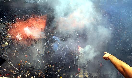 Nuvens de fumaça cobrem cidade durante protestos em Roma; manifestações ocorrem em 82 países