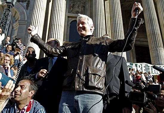 "Fundador do WikiLeaks, Julian Assange, une-se a ""indignados"" em frente à Catedral St. Paul"