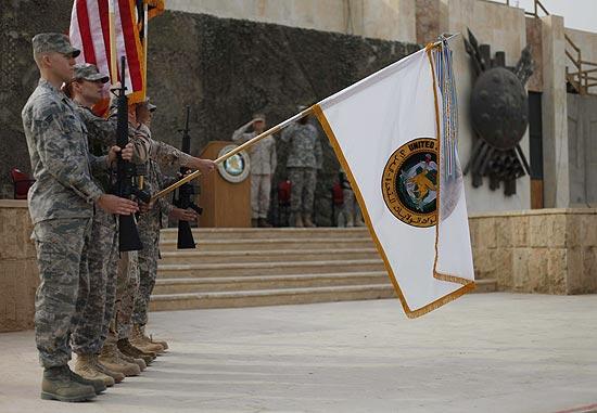 Soldados americanos baixam bandeira das forças dos EUA no Iraque, após 9 anos de presença militar