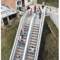Favela com escadas rolantes...
