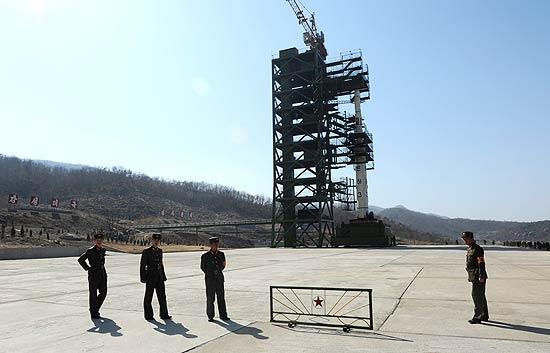 Militares norte-coreanos vigiam base de lançamento de foguete, em Togchang-ri, no noroeste do país