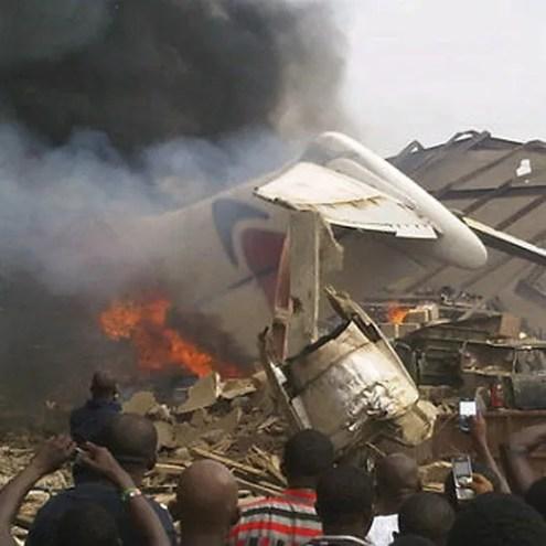 Destroços de avião de passageiros que caiu sobre prédio de Lagos, na Nigéria