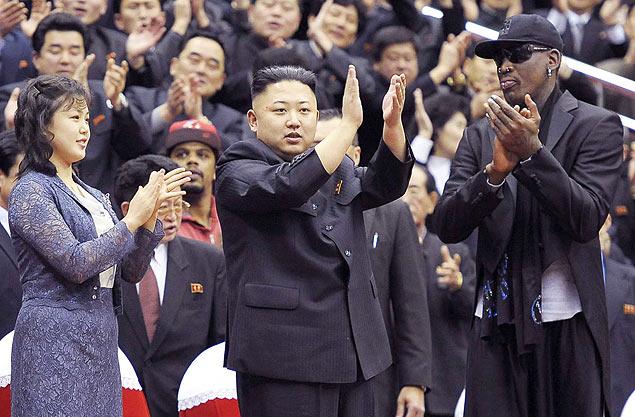 Ditador norte-coreano, Kim Jong-Un (centro), aplaude partida de basquete ao lado do ex-jogador americano Dennis Rodman