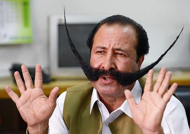 Empresário Malik Afridi tem bigode de 76 cm; ameaçado por Taleban, ele quer pedir asilo a outros países para manter adereço