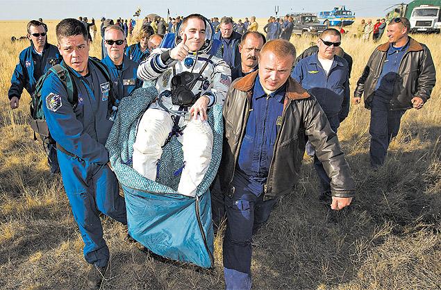 Chris Cassidy, da Nasa, é levado a uma tenda médica depois de cinco meses e meio na Estação Espacial Internacional em 2012