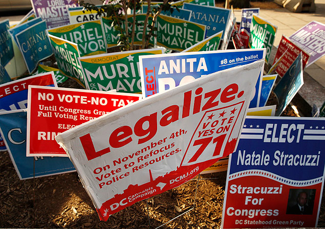 Cartazes pela legalização da maconha na cidade de Washington; lei entra em vigor nesta quinta