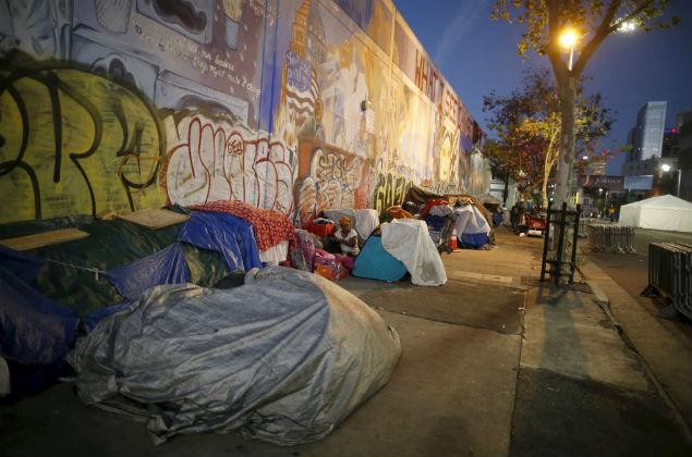 Sem-teto dormem na calçada no bairro de Skid Row, em Los Angeles