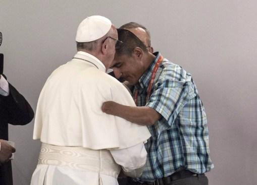 O papa Francisco abraça o ex-guerrilheiro Juan Carlos Murcia, que perdeu a mão em uma explosão