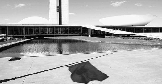 ORG XMIT: 340801_0.tif BRASÍLIA, DF, BRASIL, 02-07-2009, 13h40: Sombra de uma bandeira do Brasil em frente ao prédio do Congresso Nacional, em Brasília (DF). (Foto: Lula Marques/Folhapress)