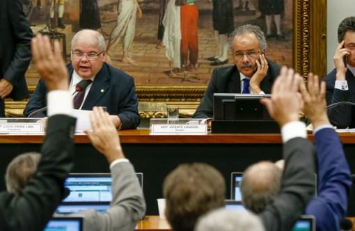 Uma das sessões da Comissão da Reforma Política, presidida pelo deputado Lúcio Vieira Lima (PMDB-BA)