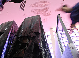 Alguns arquivos recebem lonas de plástico para se proteger dos vazamentos do teto e das chuvas