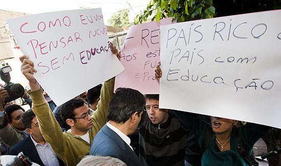 Estudantes da rede pública de ensino protestam pedindo soluções para a greve, ao candidato a prefeito de SP Fernando Haddad durante sua caminhada pelo bairro do Pari
