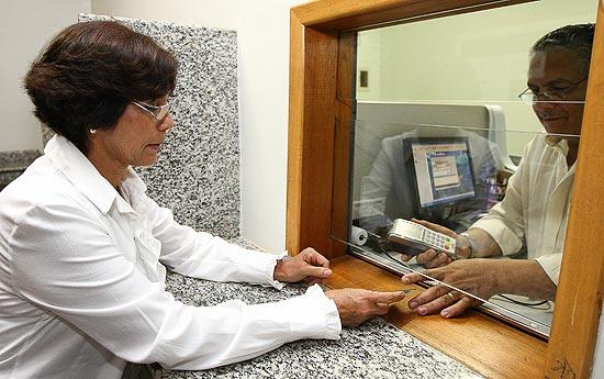 Lucilda da Veiga paga dízimo com cartão de débito em igreja evangélica de Brasília