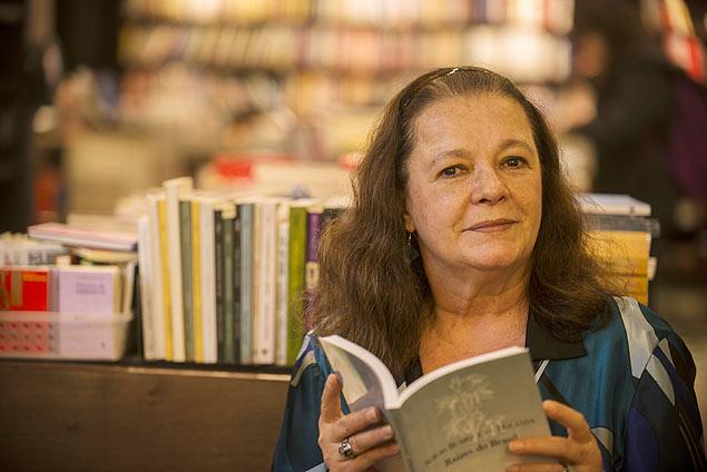 A atriz e ex-deputada Bete Mendes fala sobre sua trajetória em uma livraria no Rio